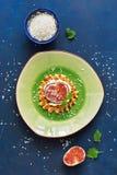 Традиционные бельгийские waffles с сливк, смоквы, листья мяты взбрызнутые с кокосом шелушатся на голубой деревенской предпосылке  Стоковая Фотография