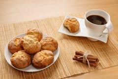 Традиционные болгарские вызванные печенья, kurabiiki, чашкой кофе и связанными ручками циннамона Теплый и очень вкусный завтрак о Стоковая Фотография