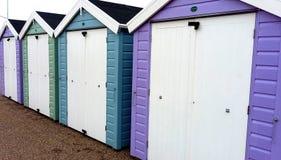 Традиционные великобританские хаты пляжа на побережье южной Англии Стоковое Изображение RF