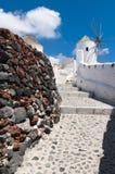 Традиционные ветрянки на острове Santorini, Греции Стоковая Фотография RF