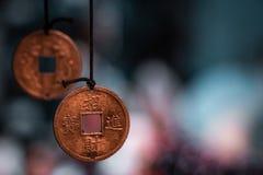 Традиционные восточные миниатюрные монетки удачи сделанные в ожерелья, подготавливают для того чтобы продать стоковые изображения