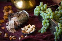 Традиционные восточные помадки, гайки и виноградина Ki металла и меди Стоковые Изображения RF