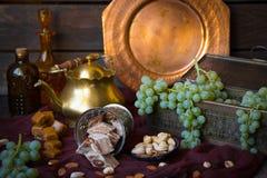 Традиционные восточные помадки, гайки и виноградина Ki металла и меди Стоковое Изображение RF