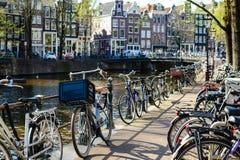 Традиционные голландские велосипеды припарковали на мосте в Амстердаме, th Стоковые Изображения