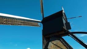 Традиционные голландские ветрянки от канала Роттердама Влияние зеркала воды Голландия Камера правильной позиции поворачивая акции видеоматериалы