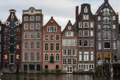 Традиционные голландские дома на банках канала в центре Амстердама Нидерланды стоковое фото rf