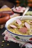 Традиционные голландские суп и ингридиенты гороха на деревенской таблице Стоковая Фотография RF
