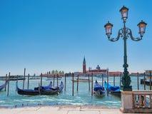 Традиционные гондолы на канале большом с церковью Сан Giorgio Maggiore, Венеция, Стоковое фото RF
