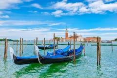 Традиционные гондолы состыковали на грандиозном канале рядом с St Mark & x27; квадрат s в Венеции Стоковая Фотография RF