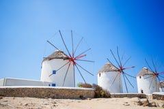 Традиционные греческие ветрянки на острове Mykonos на восходе солнца, Киклады, Греция Стоковые Фото