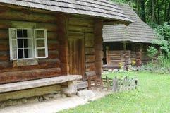 Традиционные деревянные украинские дома в деревне Стоковые Изображения