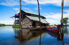 Традиционные дома на ходулях Деревня Siem Reap Phluk Kampong, Северн-центральная Камбоджа стоковое фото