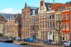 Традиционные дома, перспектива канала в Лейдене, Нидерландах Стоковое фото RF