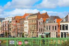 Традиционные дома, перспектива канала в Лейдене, Нидерландах Стоковое Изображение RF