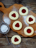 Традиционные домодельные печенья рождества - печенья Linzer заполнили с красным вареньем на деревянной предпосылке Селективный фо Стоковая Фотография