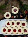 Традиционные домодельные печенья рождества - печенья Linzer заполнили с красным вареньем на деревянной предпосылке Селективный фо Стоковые Изображения RF