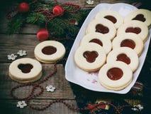 Традиционные домодельные печенья рождества - печенья Linzer заполнили с красным вареньем на деревянной предпосылке Селективный фо Стоковое Изображение RF