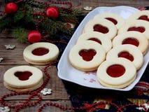 Традиционные домодельные печенья рождества - печенья Linzer заполнили с красным вареньем на деревянной предпосылке Селективный фо Стоковое Фото
