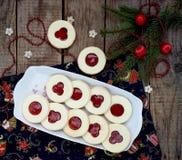 Традиционные домодельные печенья рождества - печенья Linzer заполнили с красным вареньем на деревянной предпосылке Селективный фо Стоковые Фото