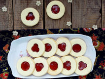 Традиционные домодельные печенья рождества - печенья Linzer заполнили с красным вареньем на деревянной предпосылке Селективный фо Стоковое Изображение