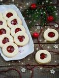 Традиционные домодельные печенья рождества - печенья Linzer заполнили с красным вареньем на деревянной предпосылке Селективный фо Стоковая Фотография RF