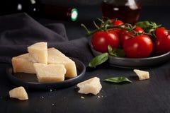 Традиционные ингридиенты итальянское кулинарного и сыр пармесана Стоковые Изображения