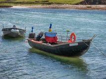 Традиционные ирландские сосуды рыбацких лодок в графстве Голуэй, около l Стоковые Фотографии RF
