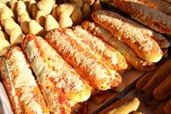 Традиционные итальянские еда кухни и еда улицы - bastoncini di pizzette - для продажи в стойлах рождества везде в Италии стоковое изображение