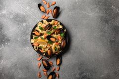 Традиционные итальянские макаронные изделия морепродуктов с alle Vongole спагетти clams на каменной предпосылке с креветкой и мид стоковое фото