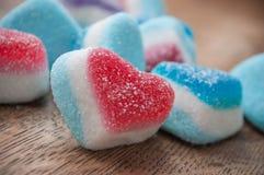 Традиционные конфеты в форменном сердце на деревянном backgro Стоковые Изображения RF
