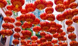 Традиционные красные фонарики на предпосылке небоскребов Стоковое Изображение