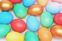 Традиционные красочные яичка покрашенные в ярких цветах в линии Стоковое Изображение