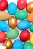Традиционные красочные яичка покрашенные в ярких цветах в линии Стоковое Изображение RF
