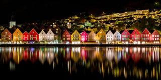 Традиционные норвежские дома на Bryggen, месте культурного наследия мира ЮНЕСКО и известном назначении в Бергене, Норвегии стоковое изображение rf
