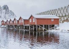 Традиционные норвежские удя дома в зиме в островах Lofoten стоковая фотография