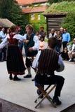 Традиционные норвежские фольклорные танцоры внутри skansen в Осло стоковые фото