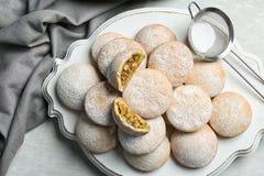 Традиционные печенья на исламские праздники и стрейнер с напудренным  стоковые фотографии rf