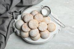 Традиционные печенья на исламские праздники и стрейнер с напудренным  стоковая фотография