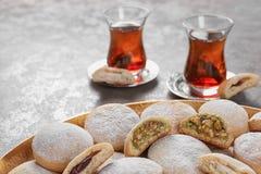 Традиционные печенья на исламские праздники и чай на таблице стоковое фото