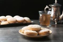 Традиционные печенья на исламские праздники и чай на таблице стоковая фотография