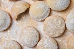 Традиционные печенья на исламские праздники на предпосылке цвета, пло стоковые изображения