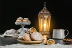Традиционные печенья на исламские праздники на таблице стоковое изображение