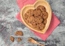 Традиционные печенья обломока шоколада на плите формы сердца Стоковые Изображения RF