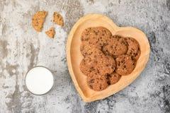 Традиционные печенья обломока шоколада на плите формы сердца Стоковое фото RF