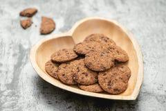 Традиционные печенья обломока шоколада на плите формы сердца Стоковые Фотографии RF