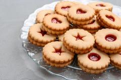 Традиционные печенья Linzer рождества с вареньем на плите Стоковые Фото