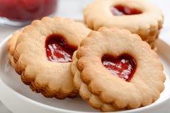 Традиционные печенья Linzer рождества с сладостным вареньем на плите Стоковые Фото