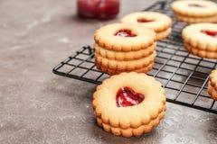 Традиционные печенья Linzer рождества с сладостным вареньем Стоковое фото RF