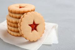 Традиционные печенья Linzer рождества с сладостным вареньем Стоковые Изображения RF