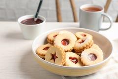 Традиционные печенья Linzer рождества с сладостным вареньем Стоковое Изображение RF
